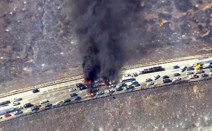 Nhiều xe hơi bị phá hủy. Ảnh: Reuters