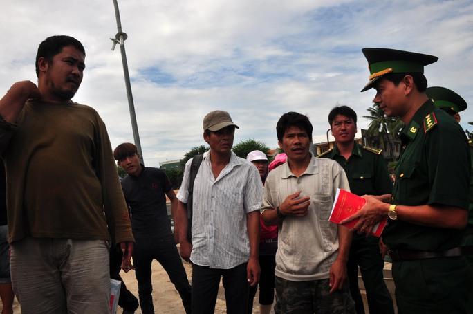 Lực lượng chức năng Quảng Ngãi lấy lời khai các thuyền viên tàu QNg 90127 TS