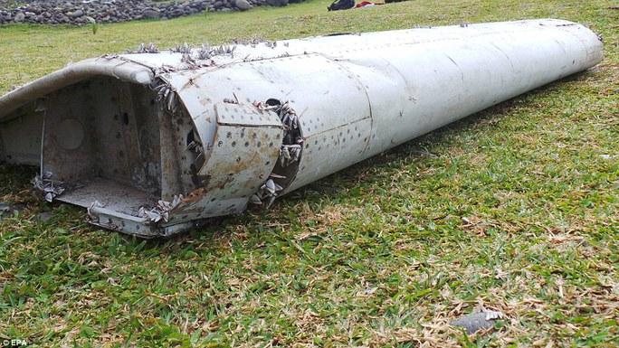 Mảnh cánh phụ tìm thấy ngày 29-7 ở đảo Reunion. Ảnh: EPA