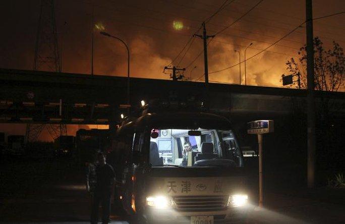 Lửa cháy nhiều giờ không tắt. Ảnh: Reuters
