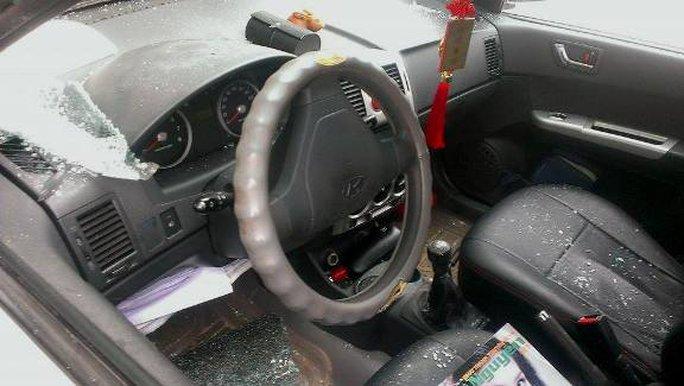 Cửa kính chiếc xe bị đập vỡ