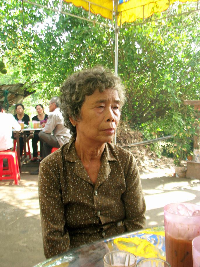 Bà Trần Thị Bé, mẹ của anh Út và Minh kể về gia cảnh khó khăn của con mình