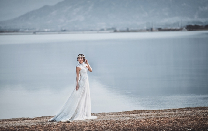 Ngọc Lan trong chiếc áo cưới đứng giữa cánh đồng muối Phan Rang