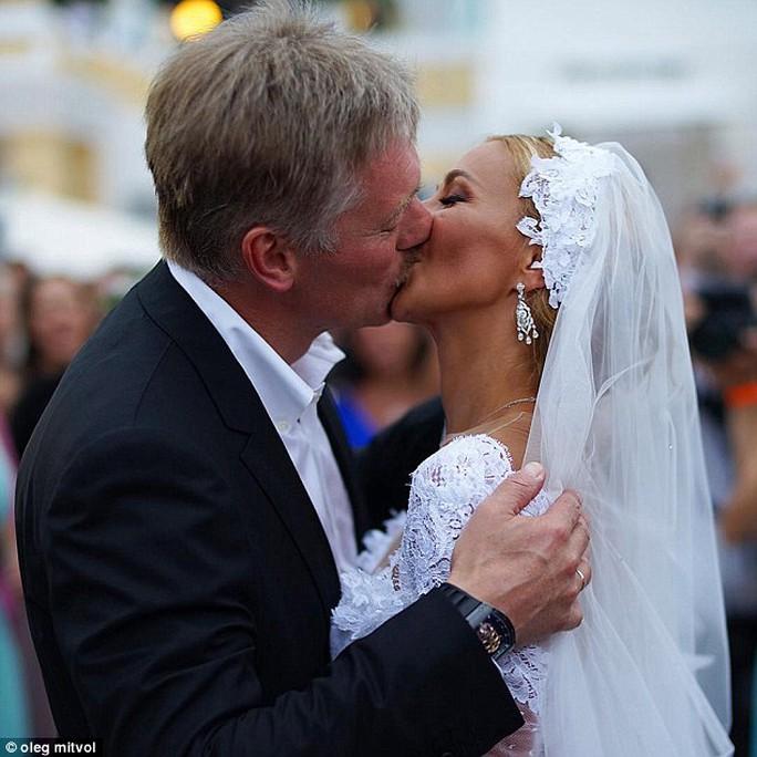 Ông Peskov và bà Navka hôn nhau sau khi thành vợ chồng. Ảnh: Instagram