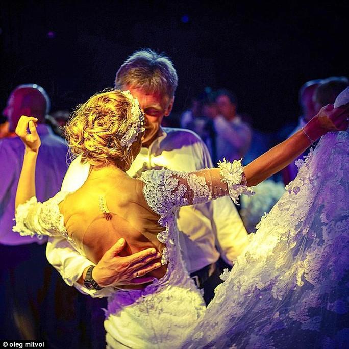 Hai vợ chồng mới cưới khiêu vũ. Ảnh: Instagram