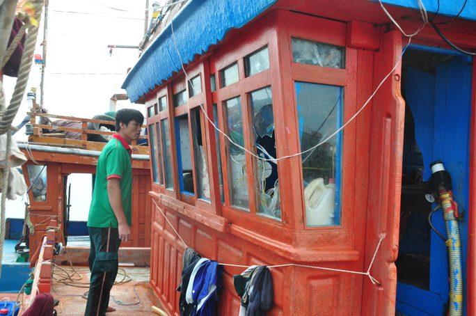 Cửa kính cabin tàu cá QNg 90127 TS bị đập bể Ảnh: TỬ TRỰC