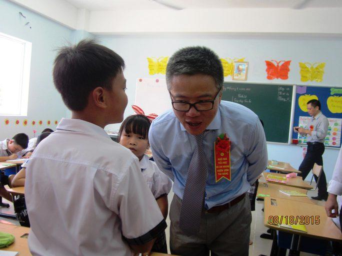 GS Ngô Bảo Châu hỏi thăm việc học tập của các học sinh ở Trường Phổ thông Duy Tân (Phú Yên)