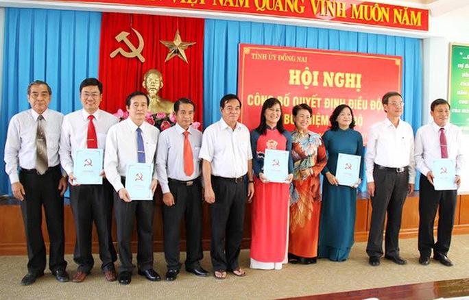 Các đồng chí trong  Ban thường vụ Tỉnh ủy chụp hình lưu niệm với các đồng chí cán bộ được nhận quyết định điều động