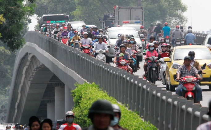 Lượng xe máy và xe ôtô di chuyển như thế này rất dễ xảy ra va quẹt và khả năng rớt từ thành cầu xuống long đường rất dễ xảy ra