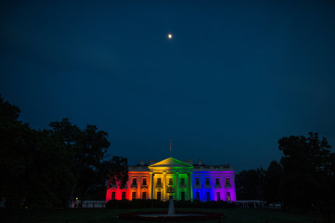 Màu cầu vòng lục sắc được thắp sáng trên Nhà Trắng. Ảnh: NY Times
