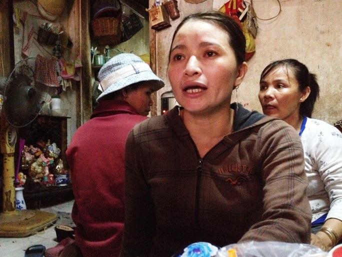 Chị Hồng khá mệt mỏi vì rất nhiều người tìm đến tận nhà trọ chị để xin tiền, tung trò lừa gạc. - ẢNH: LÊ PHONG