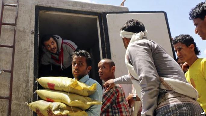 Hoạt động cứu trợ đang diễn ra tại Yemen. Ảnh: AP