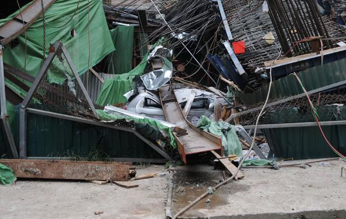 Vụ sập giàn giáo trên tuyến Cát Linh- Hà Đông hôm 28-12 đã đè bẹp chiếc xe taxi chở 4 người, rất may không ai bị thương. ảnh Nguyễn Hưởng
