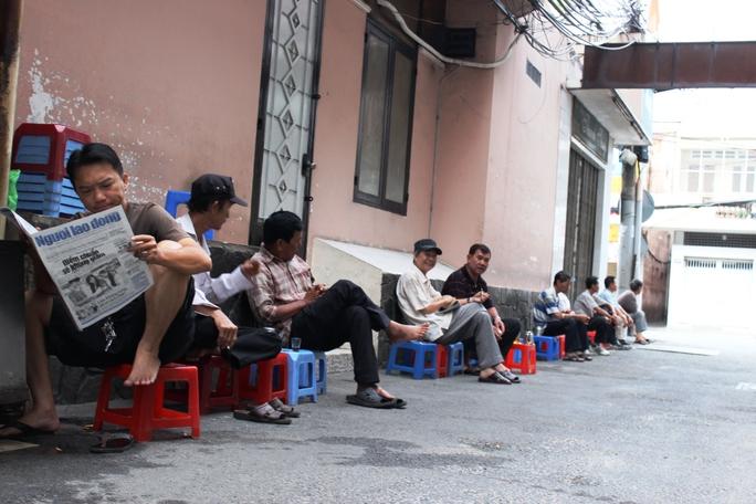 Tại các quán cà phê, mấy ngày qua câu chuyện được nhiều người nhắc đến, tình hình sức khỏe của ông Nguyễn Bá Thanh.