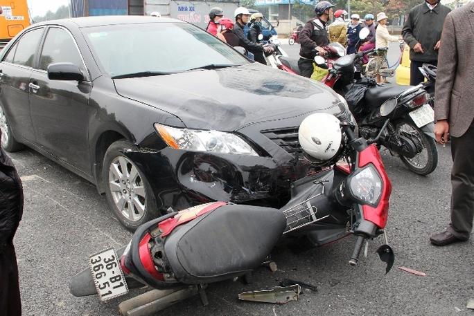 Hiện trường vụ tai nạn khiến 2 thanh niên bị ô tô nhập viện