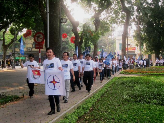 Đoàn diễu hành đi thành hàng dài quanh bờ hồ Hoàn Kiếm