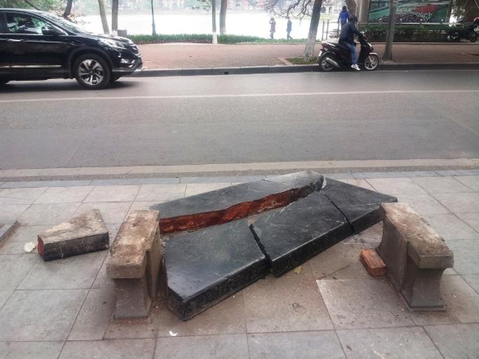 Phiến đá xanh hàng trăm năm tuổi bị vỡ tan tành trước đó
