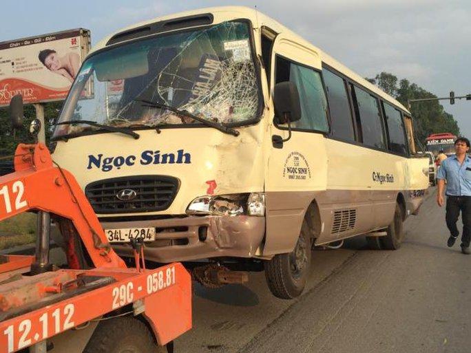 Đến 17 giờ, chiếc xe 29 chỗ được xe cứu hộ đưa đi khỏi hiện trường