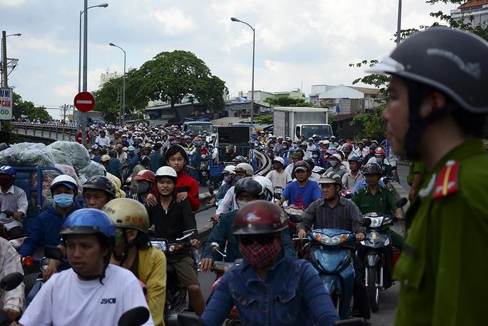Kẹt xe nghiêm trọng tại cầu Nhị Thiên Đường do tai nạn sáng 21-5