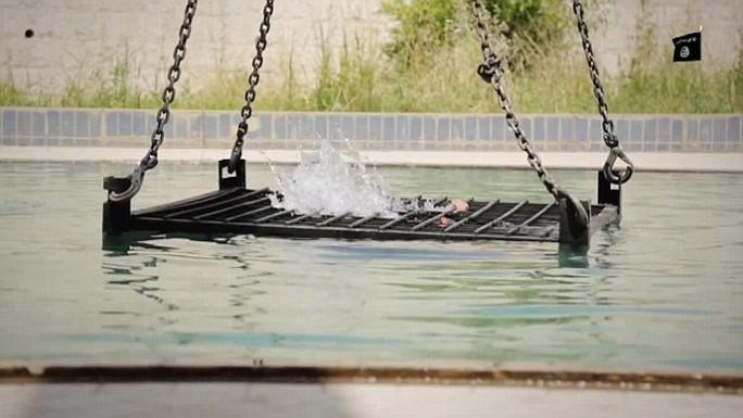 IS nhốt tù nhân vào lồng rồi thả xuống nước cho chết đuối. Ảnh: Daily Mail