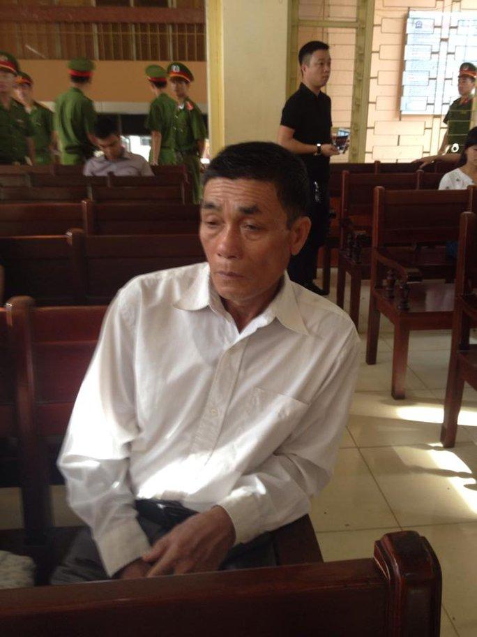 Ông Lý Văn Chúc, bố của Chung, dự phiên toà