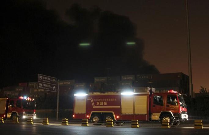 Xe cứu hỏa dồn dập đến hiện trường. Ảnh: Reuters