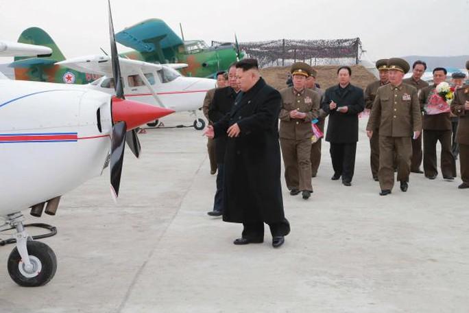 Lãnh đạo Triều Tiên rất quan tâm đến hàng không. Ảnh: KCNA