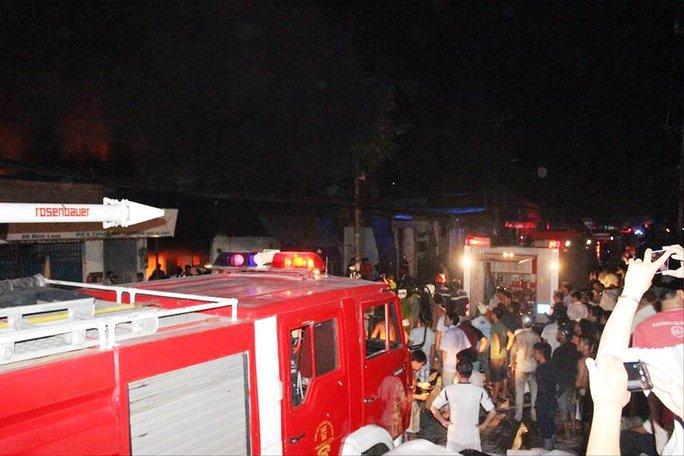 Có 29 xe nước và hơn 100 chiến sĩ, cán bộ PCCC có mặt kịp thời để khống chế đám cháy.