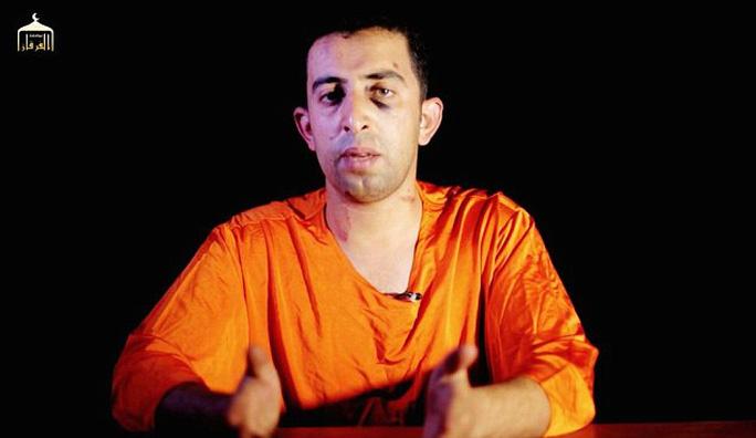 Phi công người Jordan Maaz al-Kassasbeh trong đoạn video... Nguồn: Daily Mail