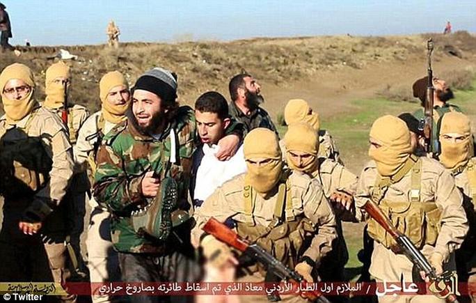 Maaz al-Kassasbeh bị bắt hồi tháng 12-2014. Ảnh: Twitter