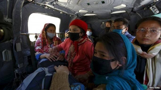 Các nạn nhân được đưa từ quận Sindhupalchok về Kathmandu bằng máy bay. Ảnh: Reuters