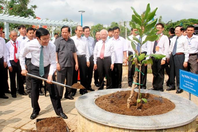 Sau khi cắt băng khánh thành Chủ tịch nước Trương Tấn Sang tiến hành trồng cây xanh trên tuyến kênh Tân Hóa – Lò Gốm