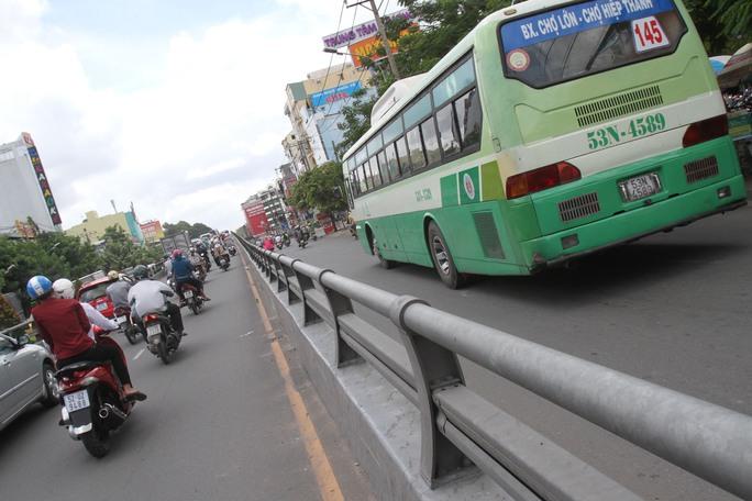 Cầu vượt Lăng Cha Cả (Quận Tân Bình) có thành cầu thấp hơn cả thành cầu vượt Ba Tháng Hai