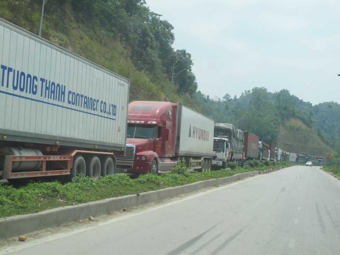 Xe chở nông sản Việt Nam xếp hàng chờ xuất sang Trung Quốc