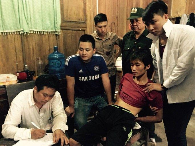 Nghi can Đặng Văn Hùng (bị còng tay ra sau) thừa nhận hành vi giết 4 người Ảnh: NGUYỄN HƯỞNG