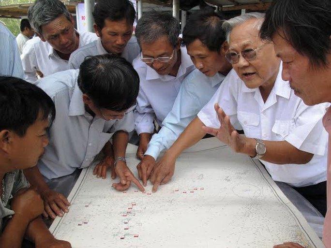 Cựu binh Trường Sa tìm đảo Gạc Ma trên bản đồ, nơi 64 đồng đội đã hy sinh Ảnh: HỒNG ÁNH