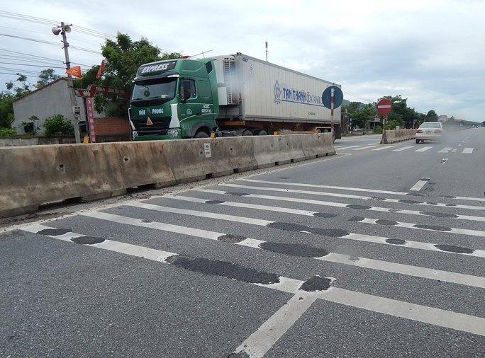 Đơn vị thi công phải trám lại các hố nhỏ trên đoạn đường ở huyện Cẩm Xuyên, tỉnh Hà Tĩnh Ảnh: HOÀNG PHÚC
