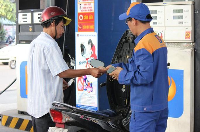 Đại lý được hưởng chiết khấu cả ngàn đồng/lít xăng dầu. Ảnh: Thành Hoa