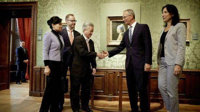 Bộ trưởng Kinh tế Hà Lan Henk Kamp (thứ 2 bên phải) đích thân tiếp đón các lãnh đạo của công ty. Ảnh: Shanghaiist
