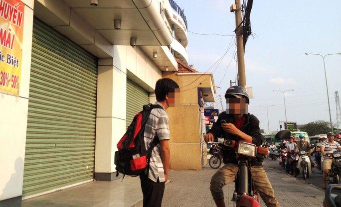 Một người nghiện mua ma túy ở gần Bến xe An Sương (quận 12) chiều 17-3 Ảnh: LÊ PHONG