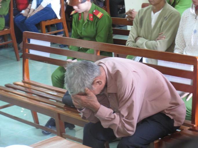 Ông Ngô Văn Cộ (cha Kiều) gục đầu khi nghe tòa tuyên án