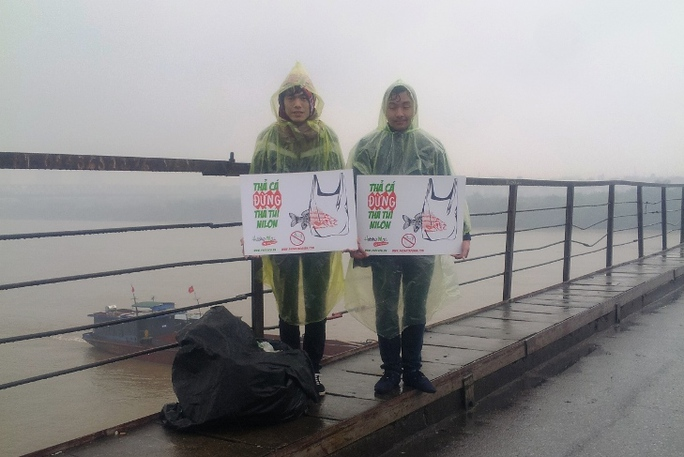 """Nhóm các bạn trẻ này đã làm việc từ ngày 7-2 với thông điệp """"Thả cá, xin đừng thả túi ni lông"""""""