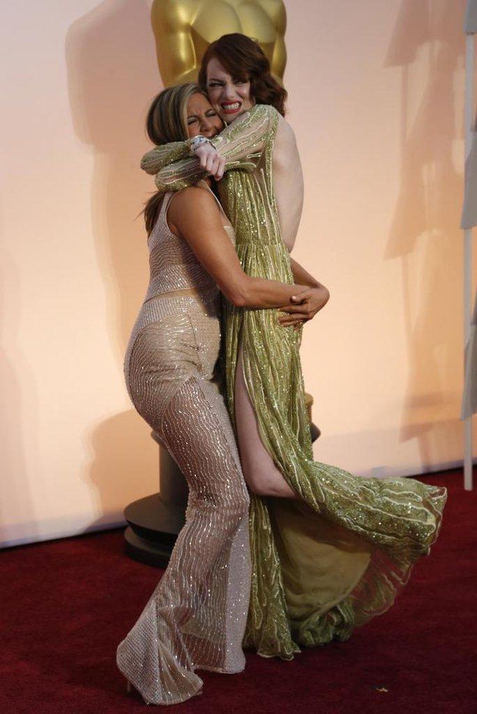 Jennifer Aniston (trái) và Emma Stone ôm chầm lấy nhau