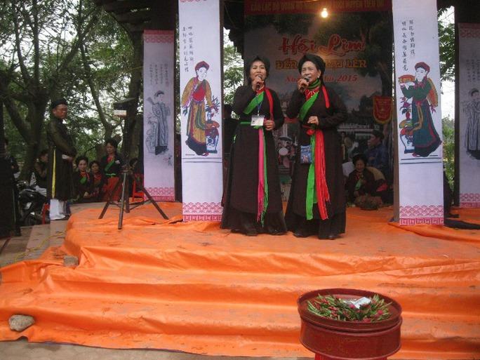 Chân đồi có sân khấu để các đoàn hát quan họ biểu diễn