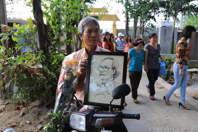 Ông Trọng, chạy xe máy từ Đồng Nai đến mộ Trịnh và mang theo bức họa chân dung người nhạc sĩ tài hoa