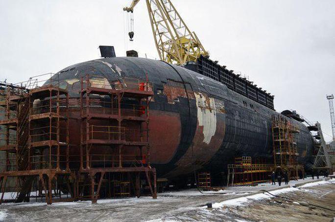 ...đang sửa chữa tại xưởng đóng tàu Zvezdochka. Ảnh: Twitter