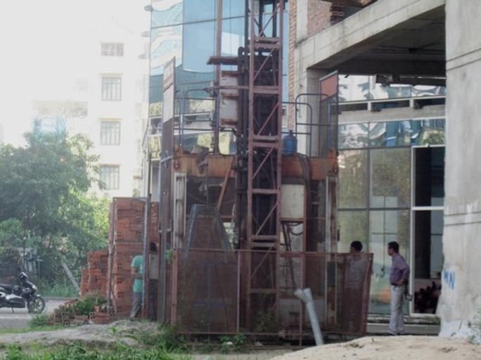 Nhiều thiết bị xây dựng bị rỉ sét vì lâu ngày không được sử dụng