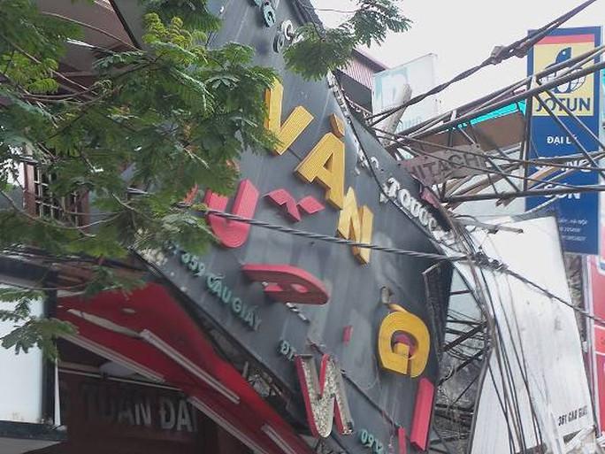 Biển hiệu của hiệu vàng Tuấn Đãi ở số 359 Cầu Giấy bị đè hỏng