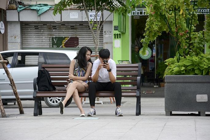 Ghế đặt trên phố đi bộ Nguyễn Huệ làm từ cây dầu 100 tuổi