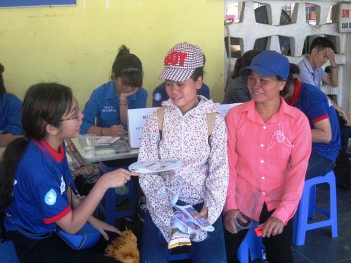 Em Trần Thị Huyền và mẹ (Nam Định) được các bạn tình nguyện viên phát bánh mỳ và nước miễn phí